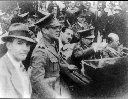 Imagen: El teniente General José F. Uriburu marchando hacia la Casa Rosada, acompañado por un joven capitán del Ejército, Juan Domingo Perón.